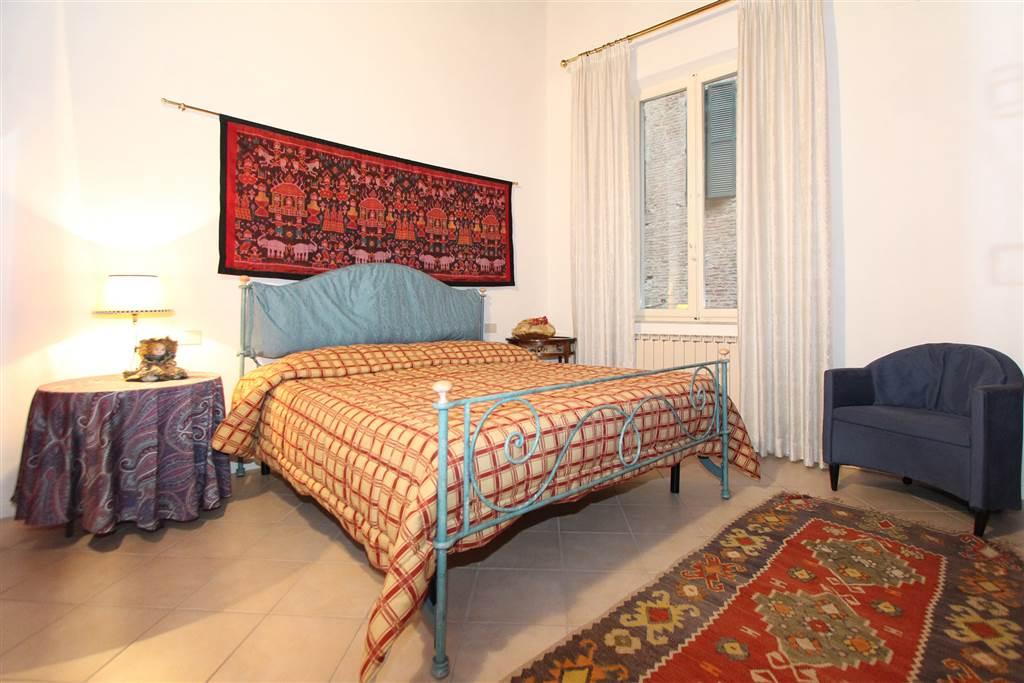 Si compone di ingresso, salottino, ampio soggiorno-pranzo con doppia finestra e cucinotto; la zona notte comprende una camera matrimoniale, una