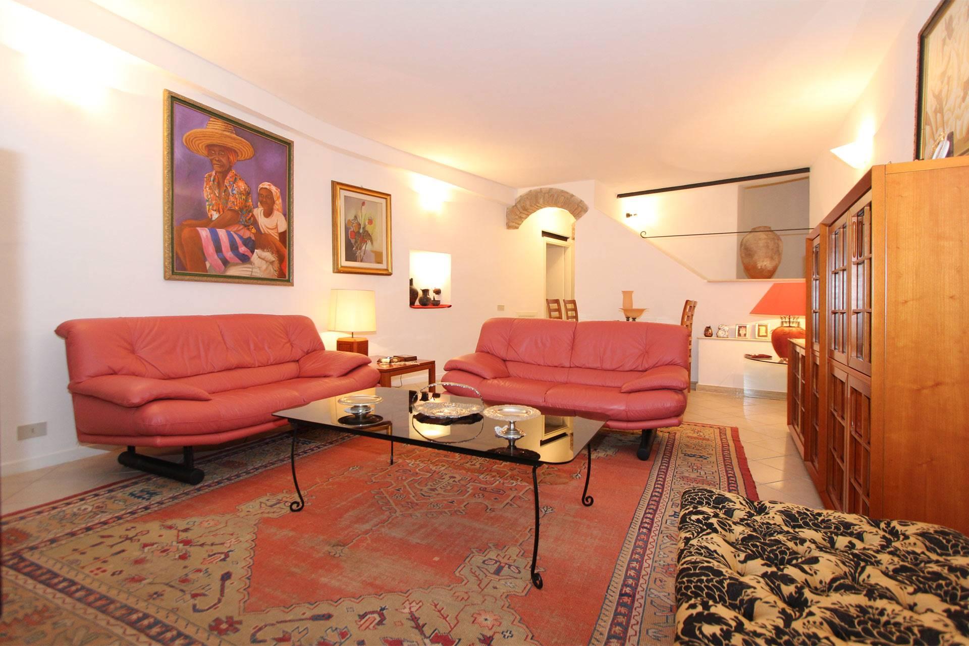 Appartamento con ingresso indipendente nel centro storico di Siena, a pochi passi da Piazza del Campo. Si compone di ingresso, salottino, ampio soggiorno-pranzo con doppia finestra e cucinotto; la