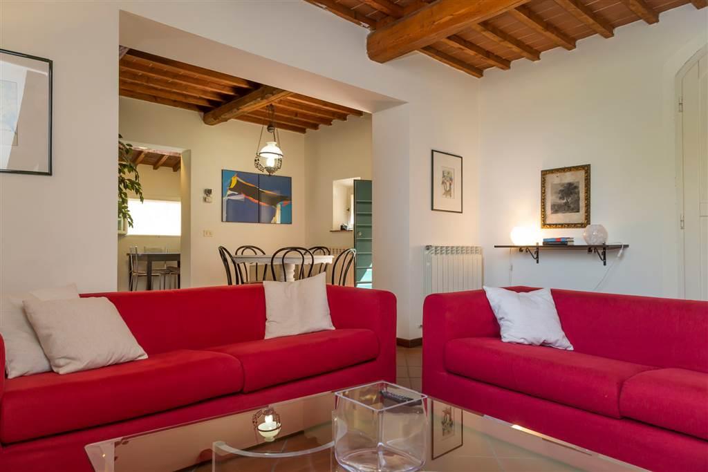 Appartamento su più livelli per circa 163 mq comprensivo della stanza pluriuso al piano seminterrato e la mansarda, all'interno di un contesto di