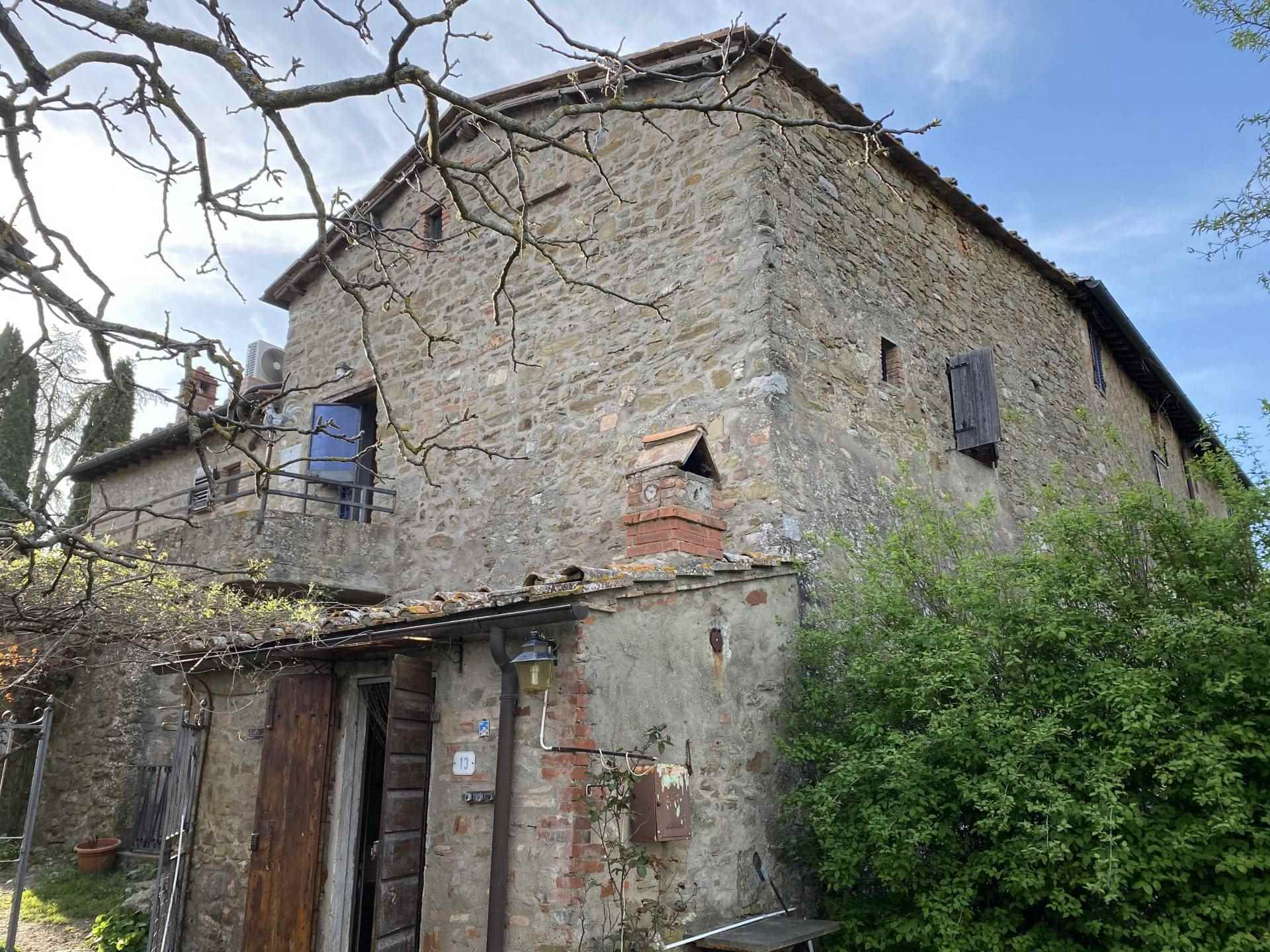 In un caratteristico borghetto del Chianti, piccolo terra tetto in pietra composto da due bilocali, attualmente non collegati, ognuno dotato del suo