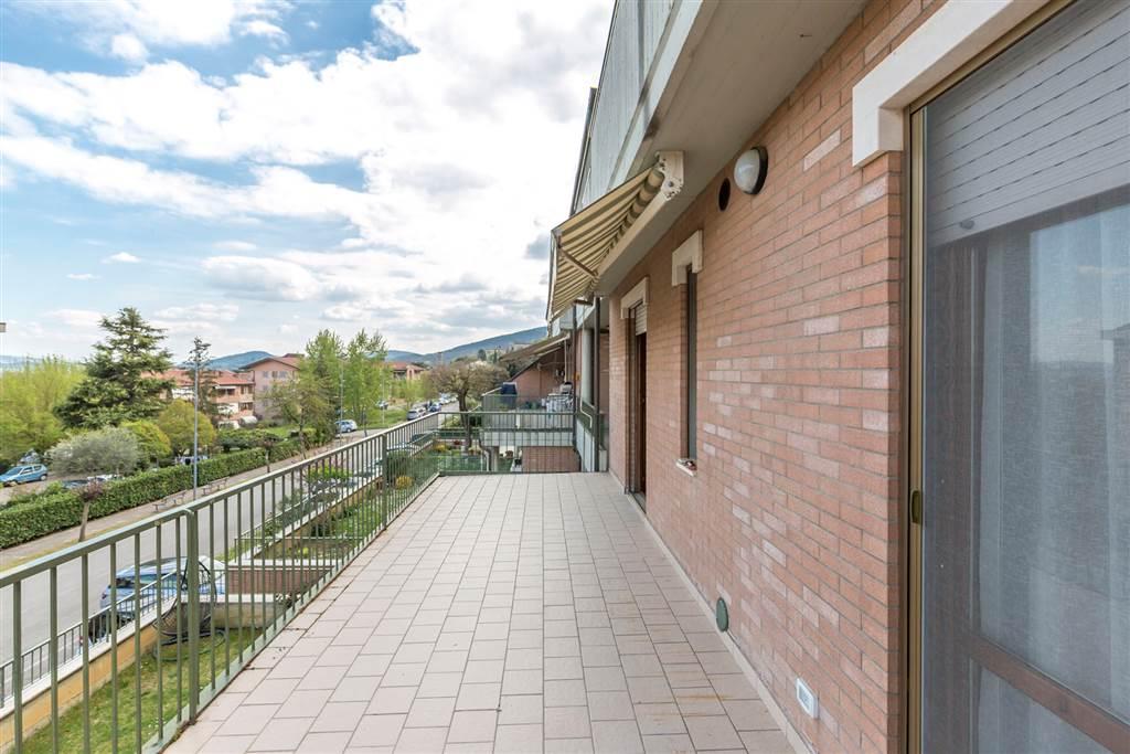 In zona residenziale a Rosia, funzionale e ben accessoriato bilocale di 52 mq, dispone infatti di una grande terrazza abitabile di 19 mq e di un