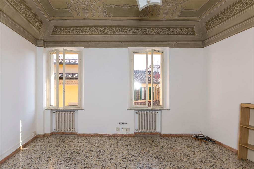 Molte delle 9 stanze sono confortevolmente grandi ed alcuni soffitti sono affrescati con decori delicati. Posto al quinto piano di un antico palazzo