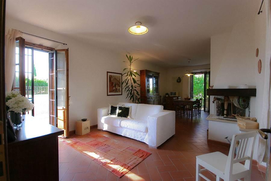 Villa di pregio architettonico con piscina ed ampio giardino in posizione dominante circondata da vigneti ed oliveti, nell'esclusivo Chianti a soli