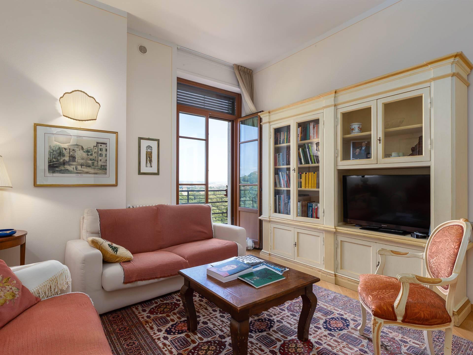 A due passi dal centro, appartamento splendido ed esclusivo, finemente ristrutturato e con affacci unici sulla campagna e sulle antiche mura di Siena.