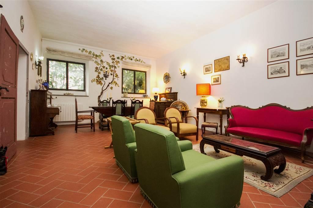 In un casolare a pochi chilometri ad ovest di Siena, accogliente appartamento di mq 100 distribuito su unico livello, composto da ampio