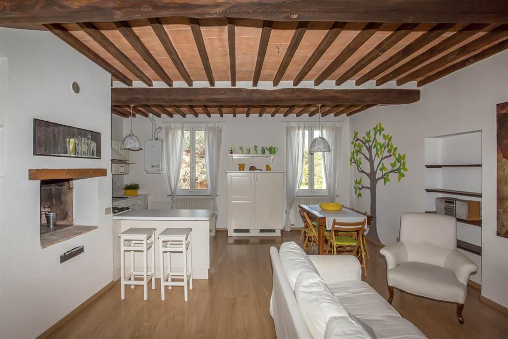 Caratteristico appartamento di 119 mq calpestabili in affitto completo degli arredi a Monteroni d'Arbia, al 1° piano di un edificio condominiale dove
