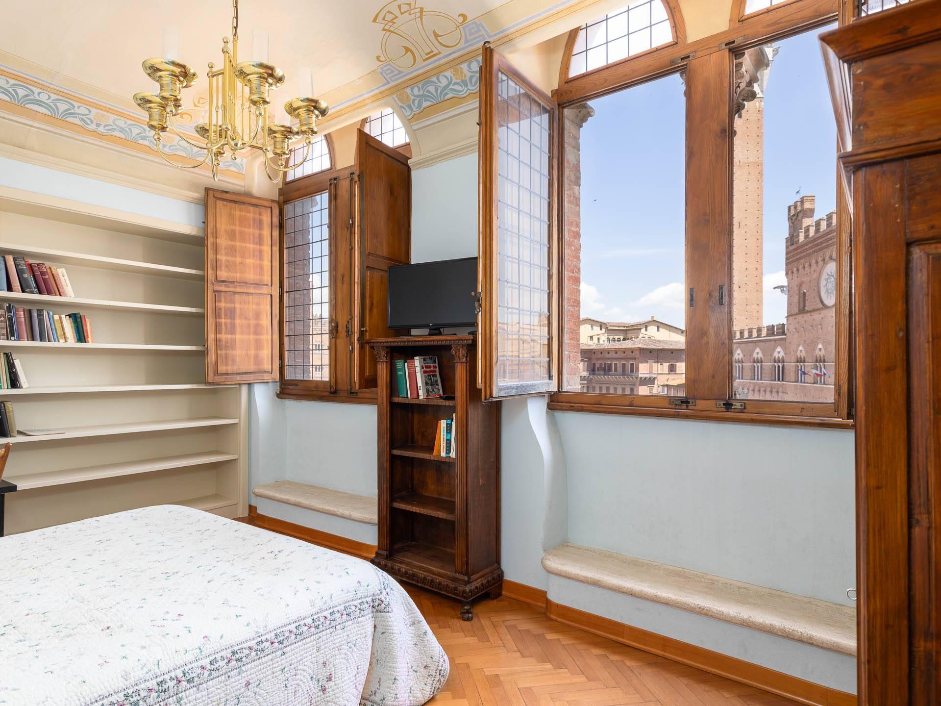 L'immobile si sviluppa su più livelli, con l'ingresso indipendente comodamente sito al piano terra, con cantinetta a vista e studio nel soppalco. Al
