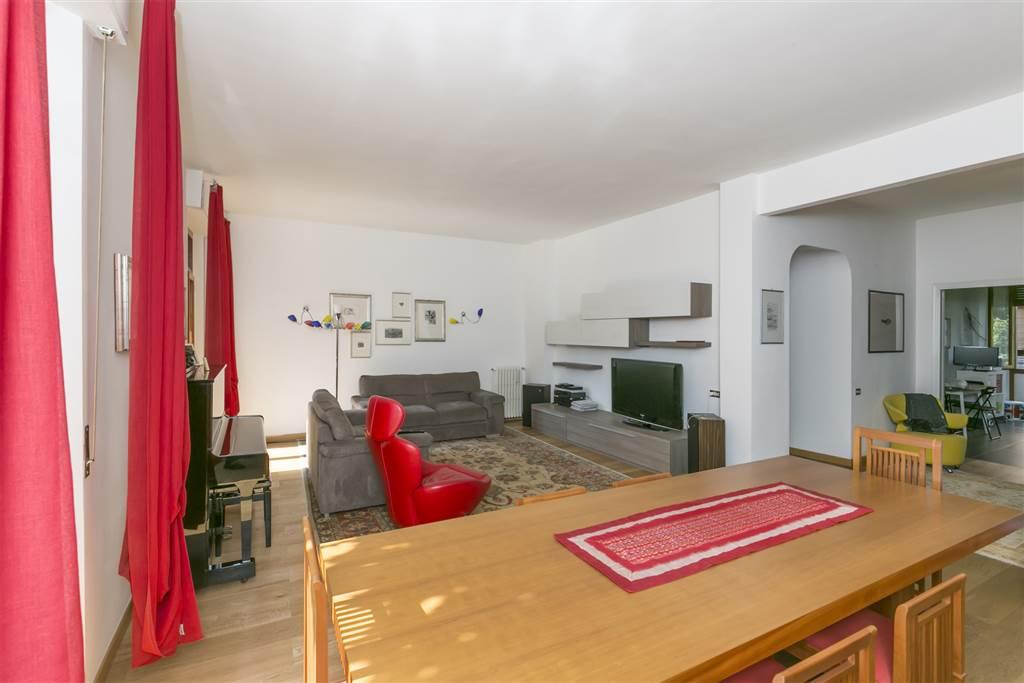 Gradevole appartamento di mq 163 posto al primo piano di un condominio di pregio servito da ascensore, in posizione collinare a Scacciapensieri. Il
