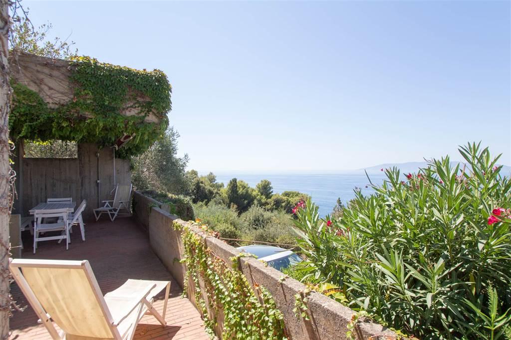 Villa in un complesso residenziale di pregio che sorge sul promontorio dell'Argentario, proprio nel cuore dell'arcipelago toscano, dotato di