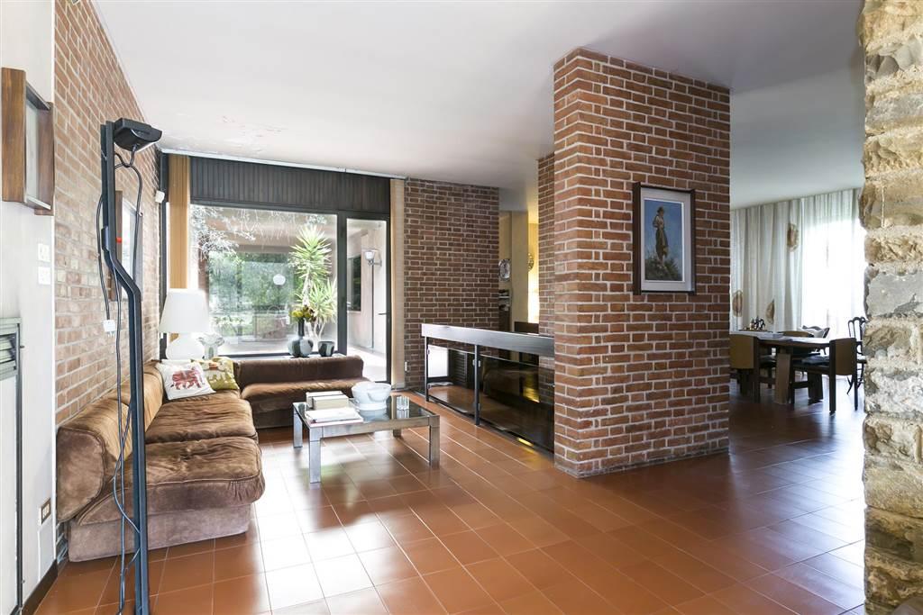 In una delle più belle zone collinari di Siena chiamata Scacciapensieri, si propone alla vendita una VILLA MODERNA su più piani, con spaziosi