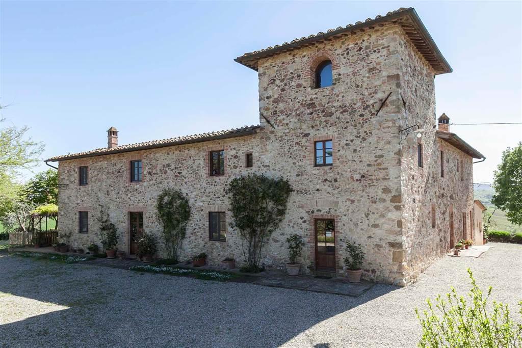 Azienda agricola con 22 ettari di terreno con vigneti e oliveti (produzione propria di vino Chianti Classico d.o.c.g. e rosso IGT e di olio extra
