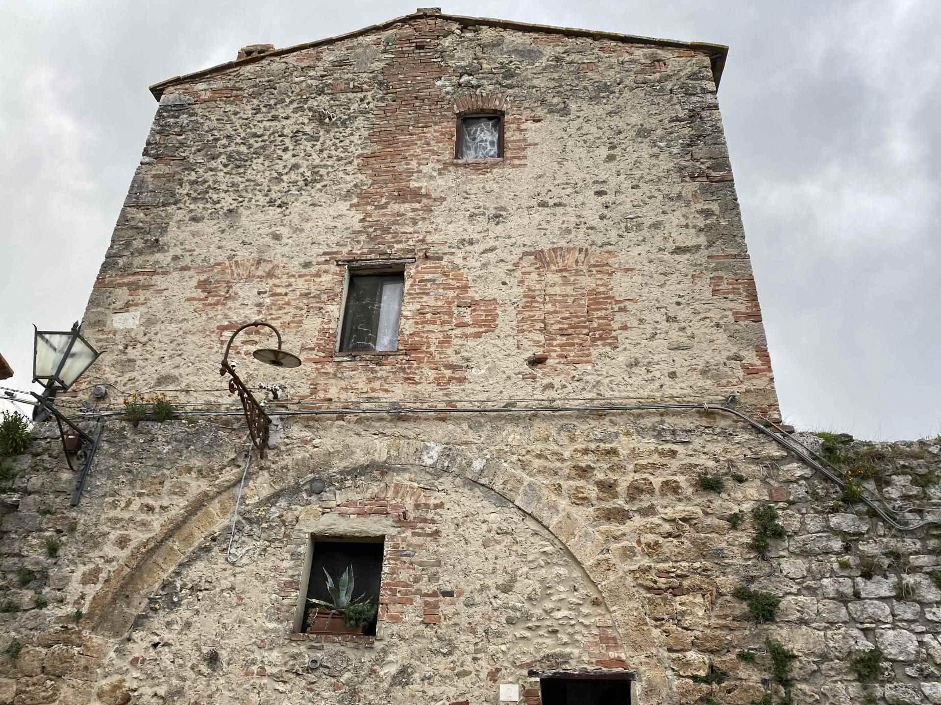 Antica torre in pietra risalente all'anno 1200, parte integrante dell'antica cinta muraria di un piccolo ma ben fornito paese. Disposta su tre