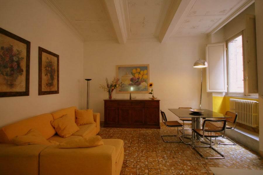 Nel centro di Siena a poca distanza da Piazza Il Campo, al piano secondo di un palazzo di interesse storico con ascensore, appartamento di 94 mq composto da ingresso, ampio soggiorno con doppia