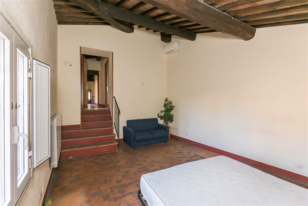 Appartamento di 167 mq, collocato al 6° ed ultimo piano di un palazzo storico servito da ascensore, fino al 5° piano, in una delle vie principali del