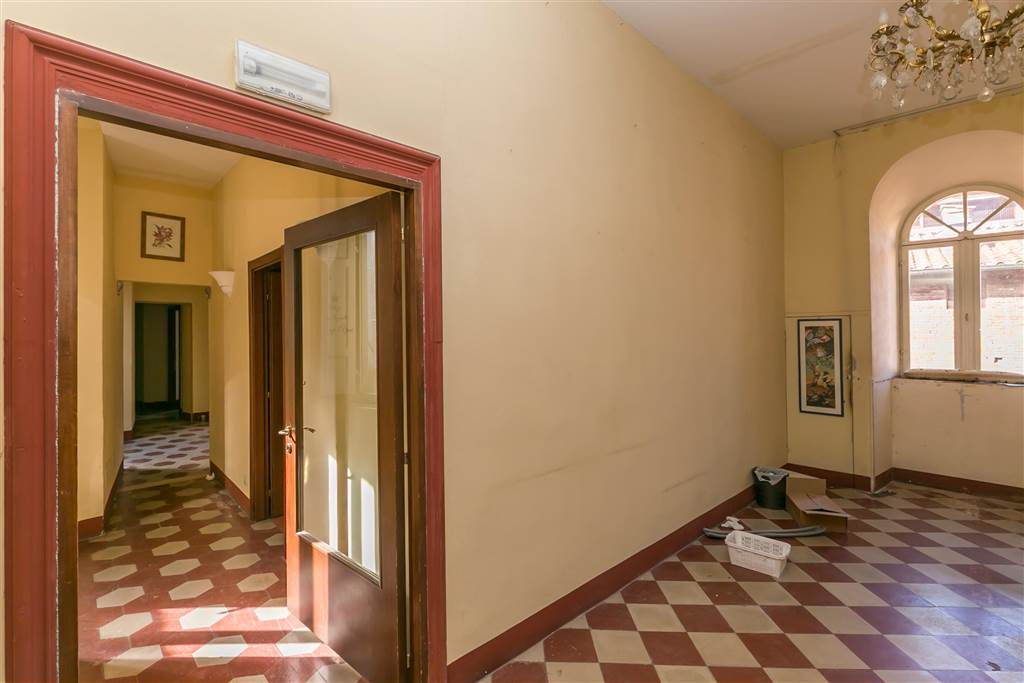 Appartamento interessante e luminoso collocato al 5° piano di un palazzo storico servito da ascensore, in una delle vie principali del centro di