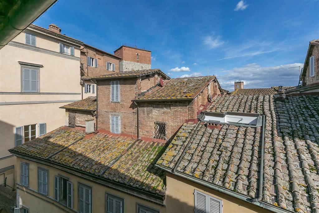 Appartamento luminoso e panoramico di 123 mq, collocato al 5° piano di un palazzo storico servito da ascensore, in una delle vie principali del