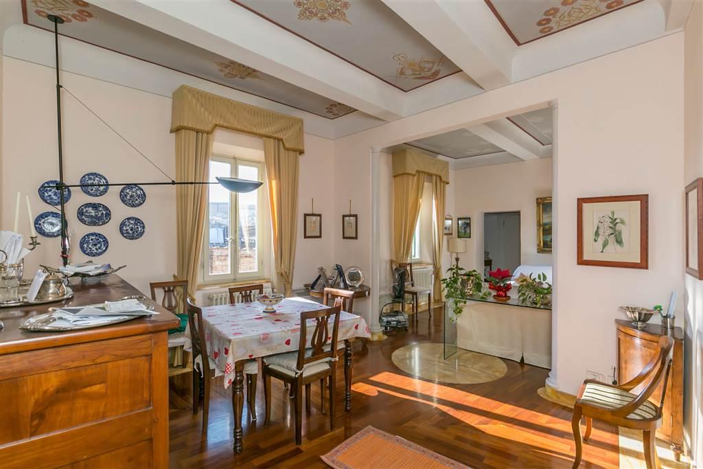 Comodità assoluta: appartamento panoramico di 102 mq posto al 5° ed ultimo piano di un palazzo nella via principale del centro storico senese, al