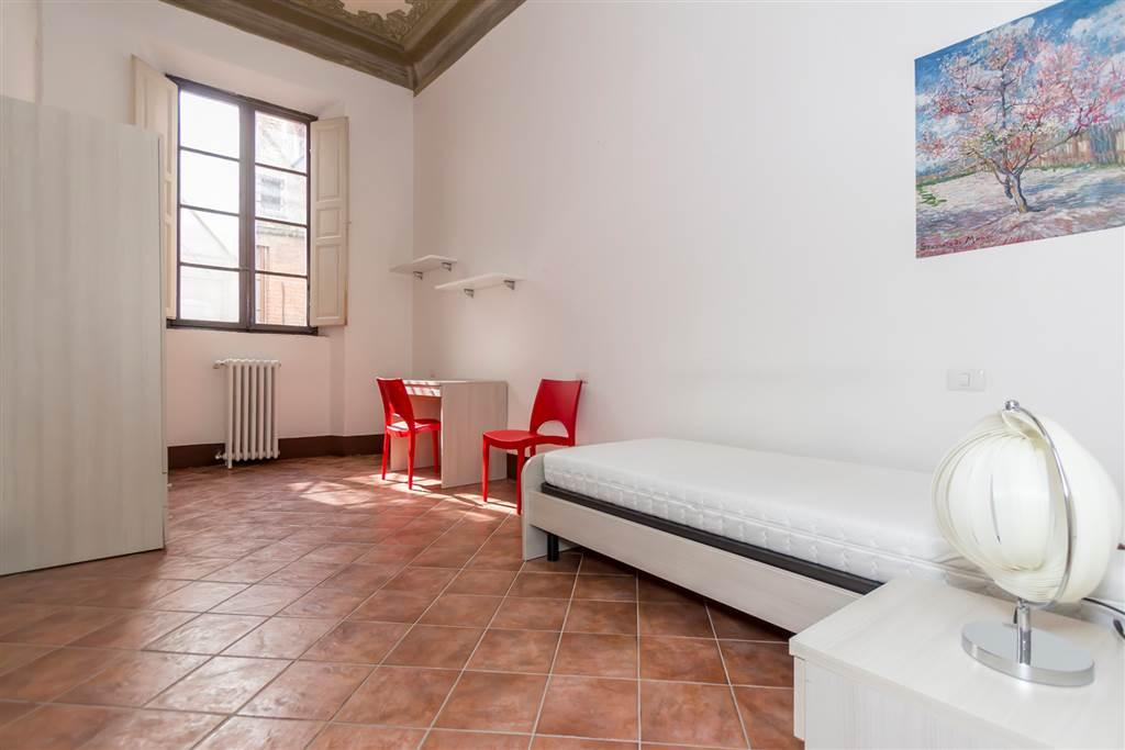 Appartamento in affitto arredato posto al 2° piano di un edificio nel centro storico, particolarmente adatto alle esigenze degli studenti universitari. L'abitazione dispone di un ampio vano
