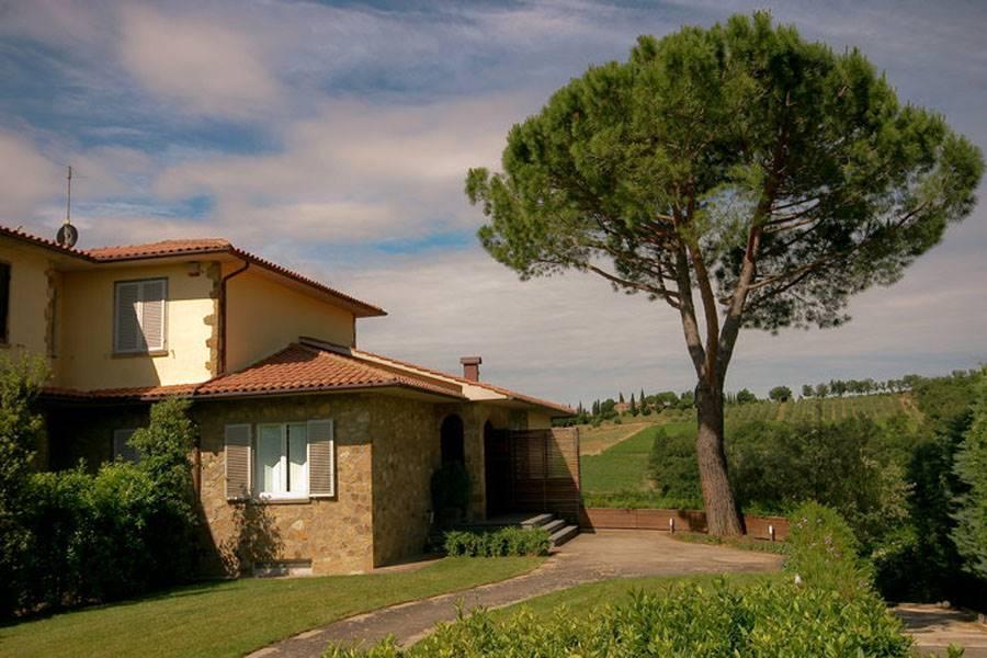 A soli 10 minuti da Siena, in posizione collinare con magnifica vista sulla campagna del Chianti Classico, splendida porzione di bifamiliare