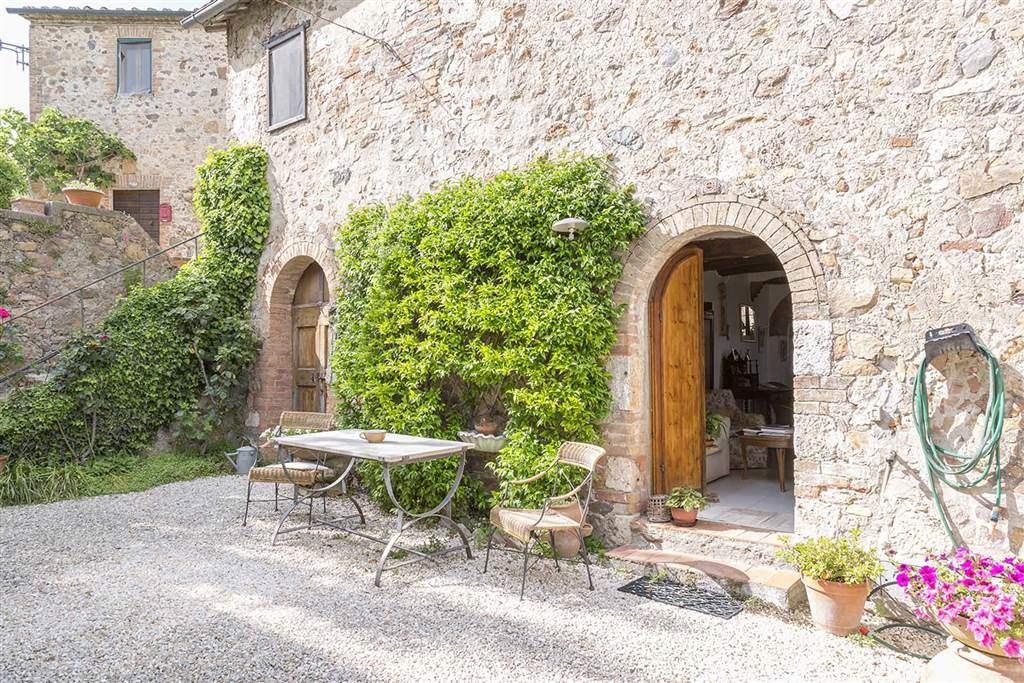 In caratteristico paesino a circa due km dal raccordo SI-GR e 18 km da Siena, casolare di 150 mq con caratteristica corte di 25 mq e giardino