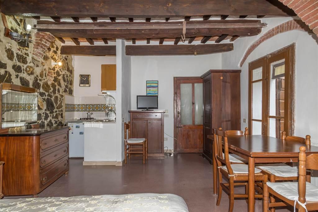 In un caratteristico borgo medievale nella Maremma grossetana, a circa 25 Km da Follonica, 39 da Punta Ala, vi proponiamo un'abitazione su più