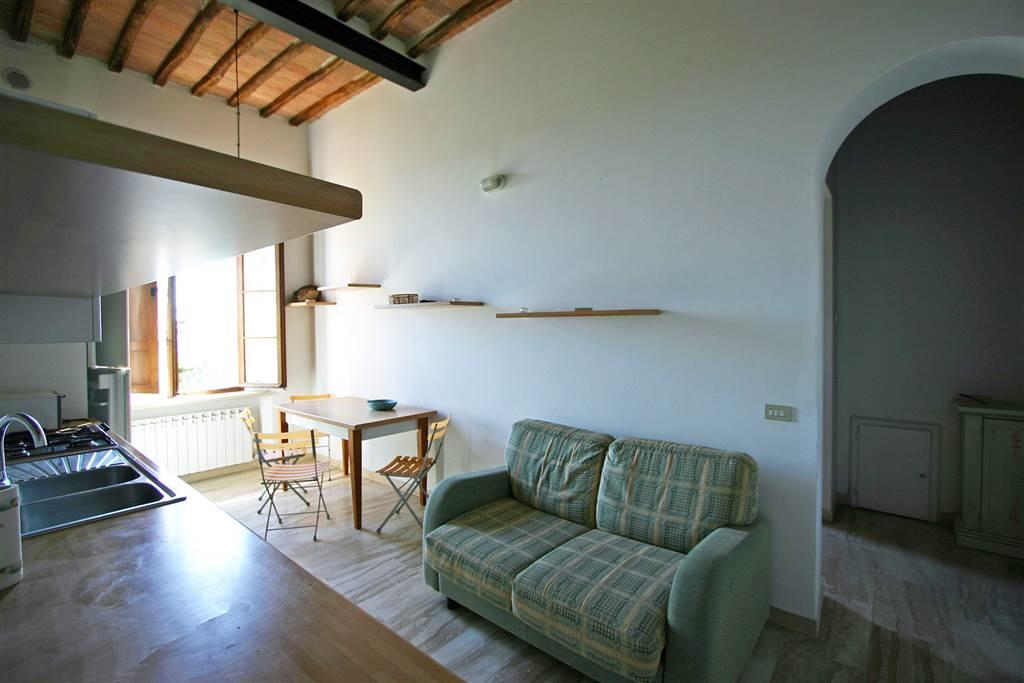 Appartamento gradevolmente arredato, posto al secondo piano e servito da ascensore in un palazzo di interesse artistico e storico nel centro storico