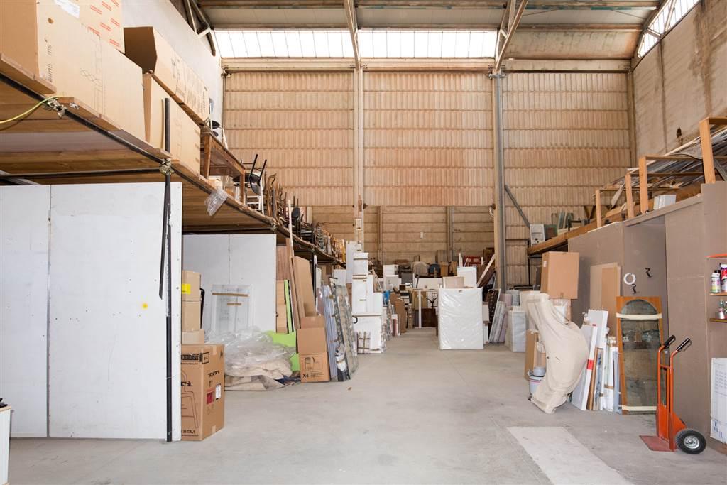 In zona industriale alle Badesse, capannone di mq 584 con resede esterno recintato di mq 140. Le altezze interne del magazzino arrivano a 11 metri