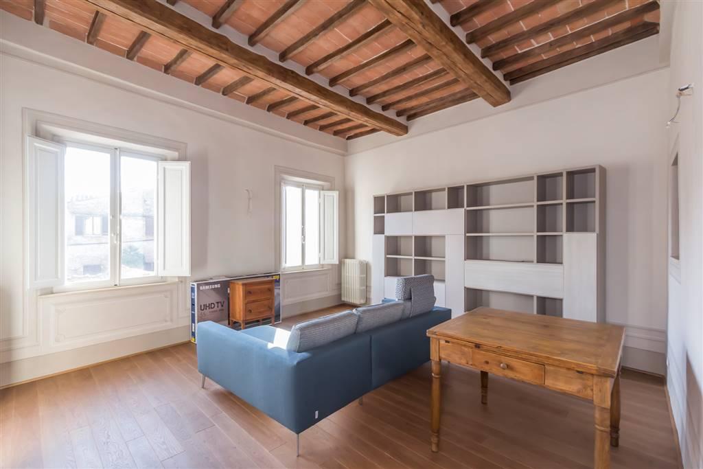 Esclusiva!! Al centro di Siena, appartamento in vendita completamente ristrutturato con terrazzino! L'immobile si trova al secondo piano di un bel