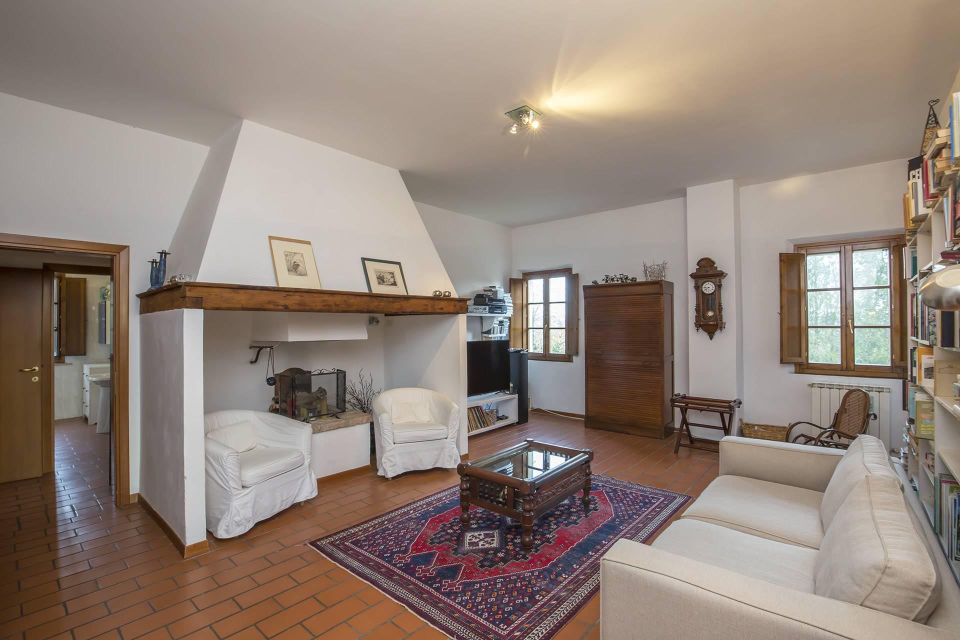 Siena Sud, a pochi chilometri dal centro, caratteristico casolare su due livelli con giardino circostante, capanna e forno a legna. Il casolare si