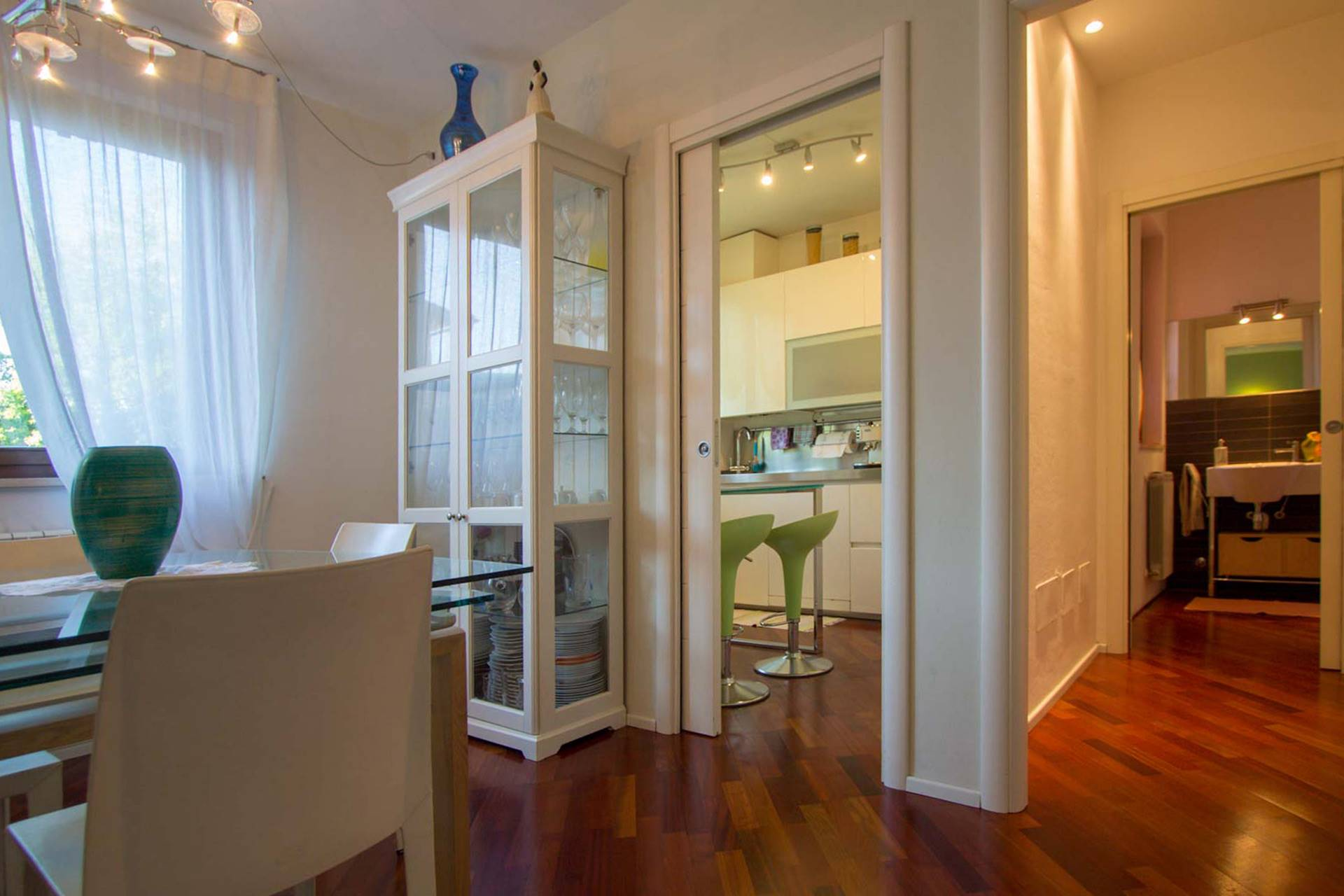 ESCLUSIVA! Appartamento terratetto di testa in villetta a schiera con ingresso esclusivo, terrazzo, giardino ed ampio garage. Costruzione ultimata