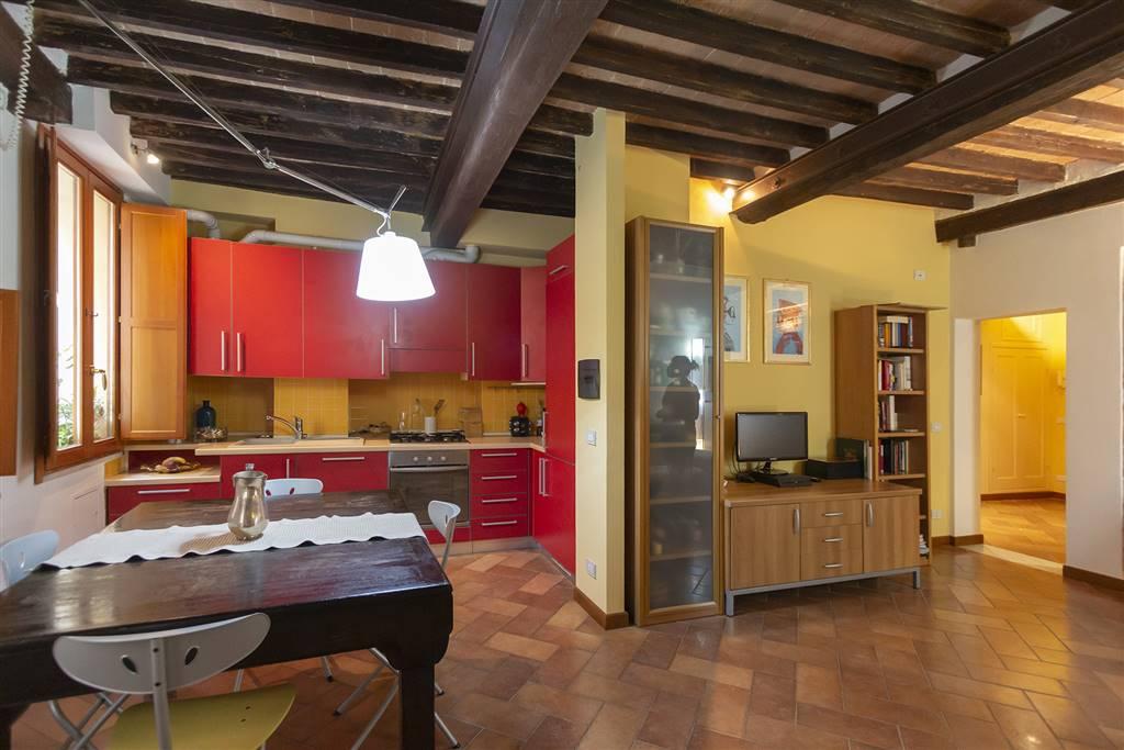 Interessante appartamento in locazione al centro di Siena. Situato a due passi dal Duomo al secondo piano di un edificio servito da ascensore,
