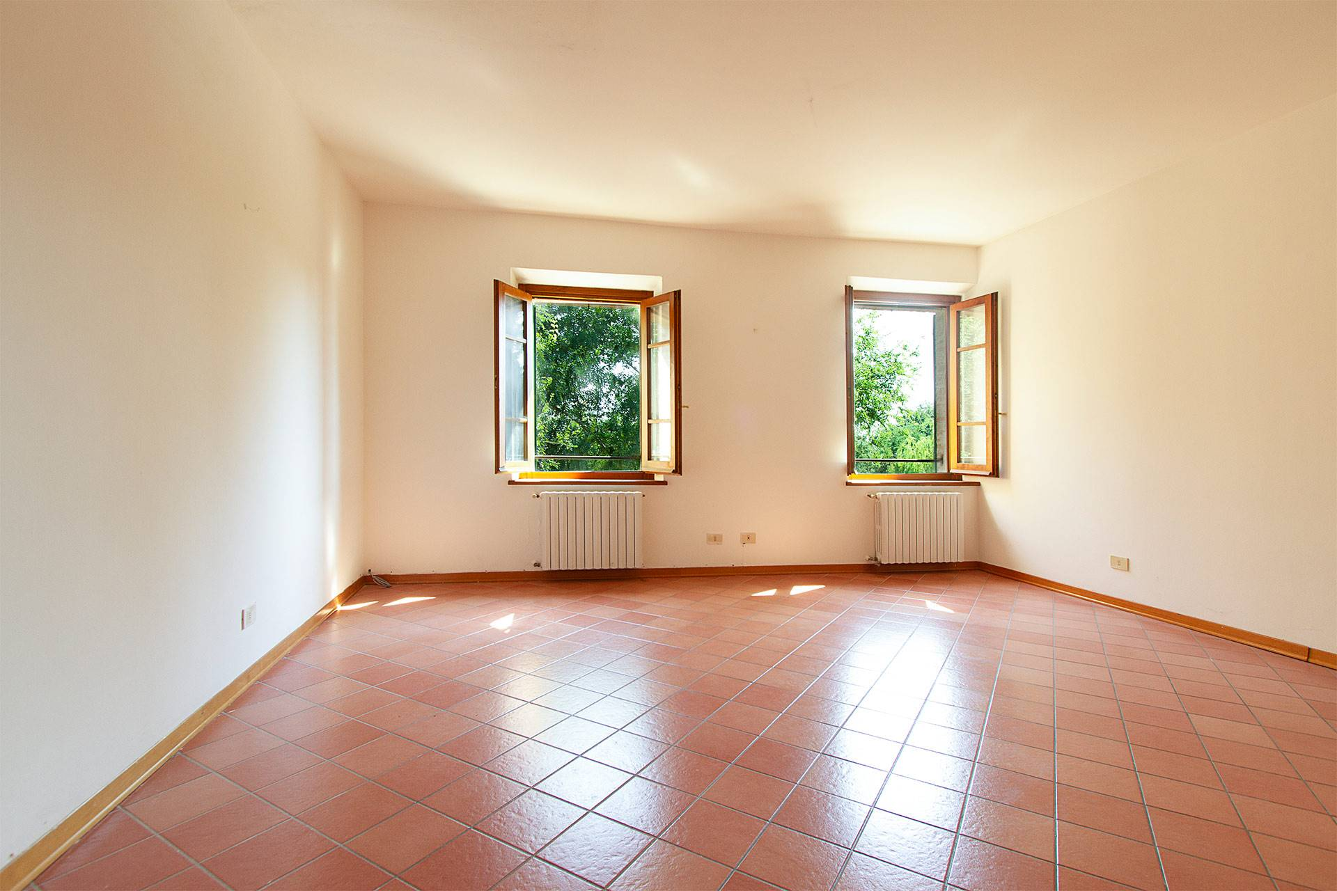 Appartamento posto al primo piano del Borgo La Loccaia sulla collina di Montecchio, tra Costalpino e San Rocco a Pilli, ad appena 4 km da Siena. Il