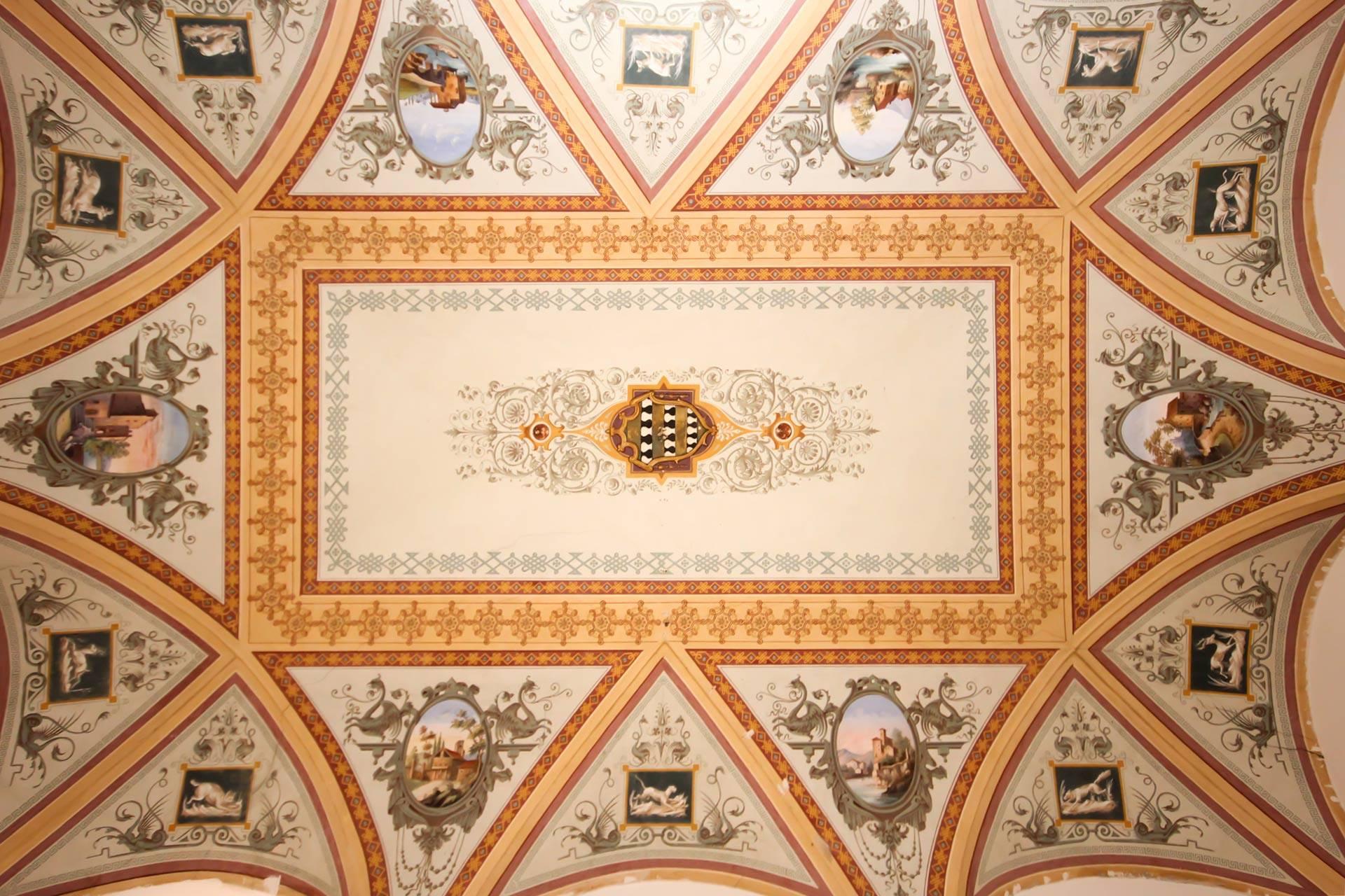 Appartamento di pregio all'interno di un palazzo di interesse storico in una delle vie più in voga di Siena. L'alloggio è posto al secondo piano