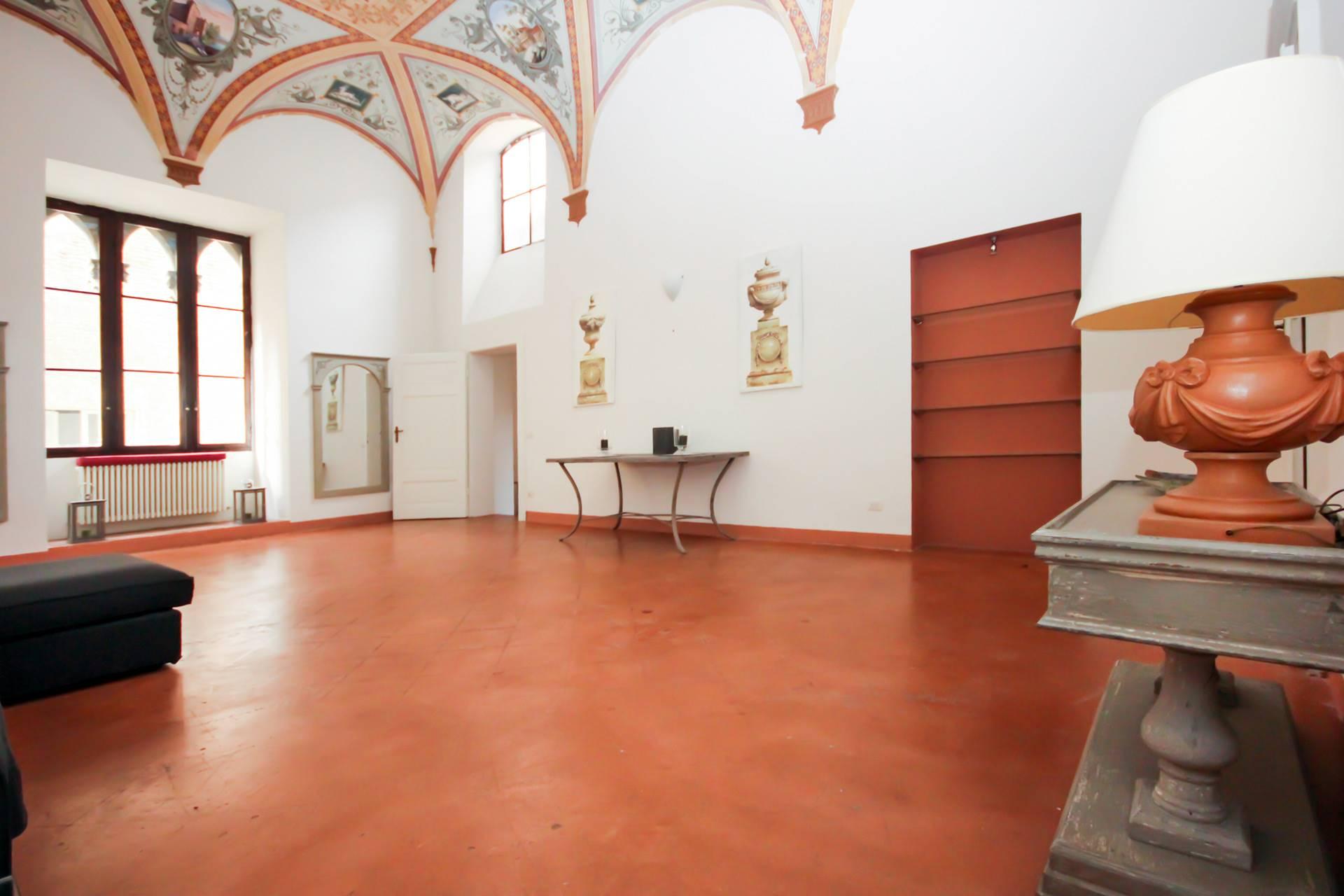 Appartamento di pregio di mq 195, all'interno di un palazzo di interesse storico in una delle vie più in voga di Siena. L'alloggio è posto al secondo