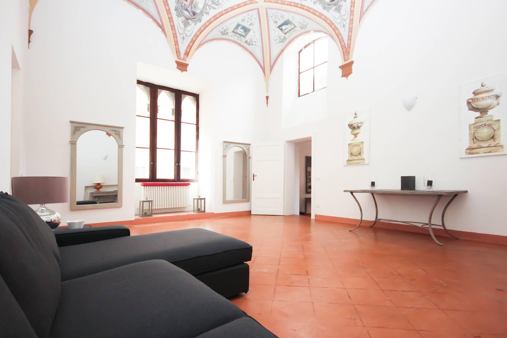 Appartamento di pregio all'interno di un palazzo di interesse storico in una delle vie più in voga di Siena. L'alloggio è posto al secondo piano servito comodamente da ascensore, e si compone di un