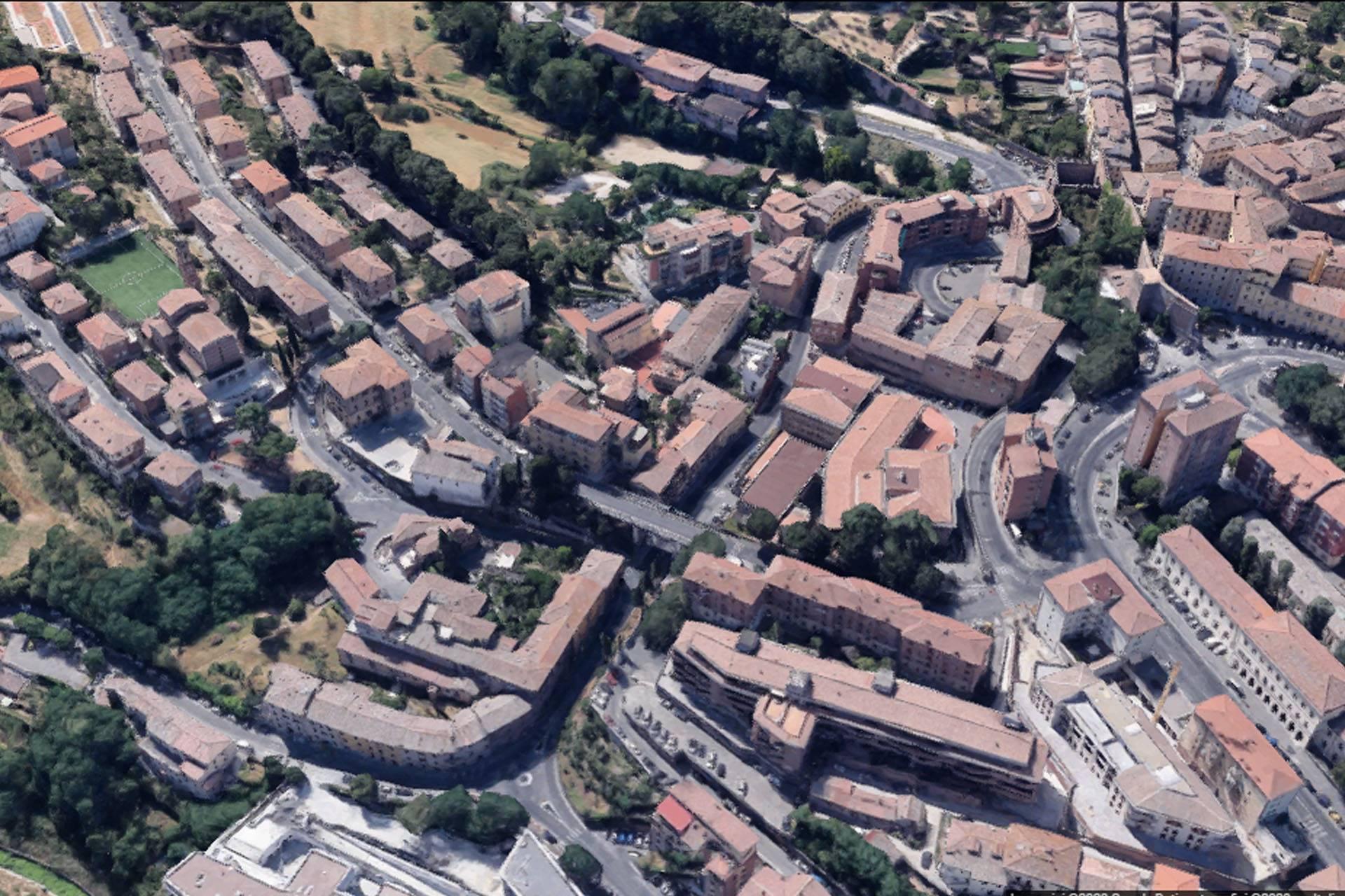 Fondo commerciale di 510 mq con parcheggio privato per la clientela in visita, appena fuori le mura di Siena. Il fondo è attualmente composto da un