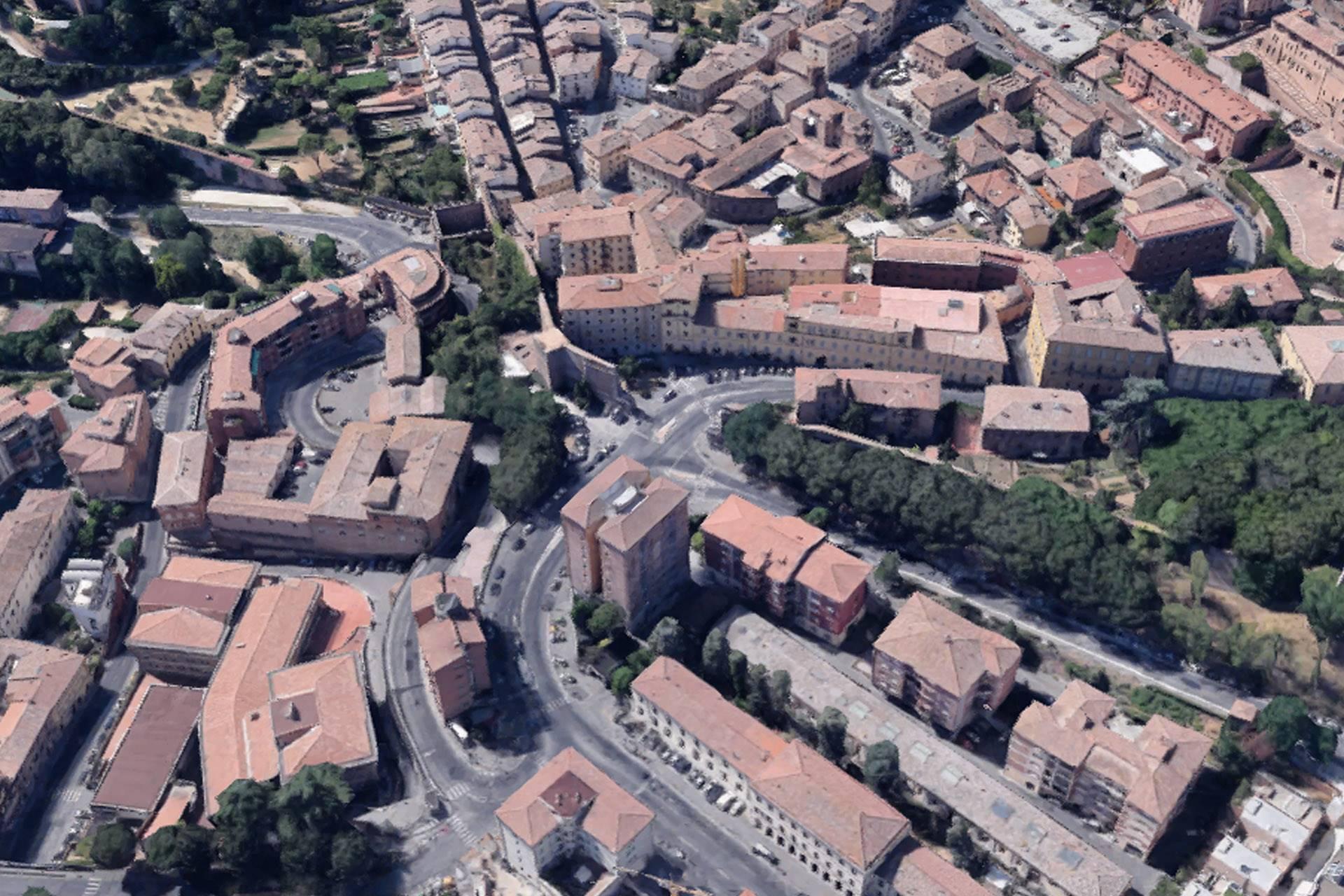 Fondo commerciale di 145 mq con parcheggio privato per la clientela in visita, appena fuori le mura di Siena. Il fondo è attualmente composto da un