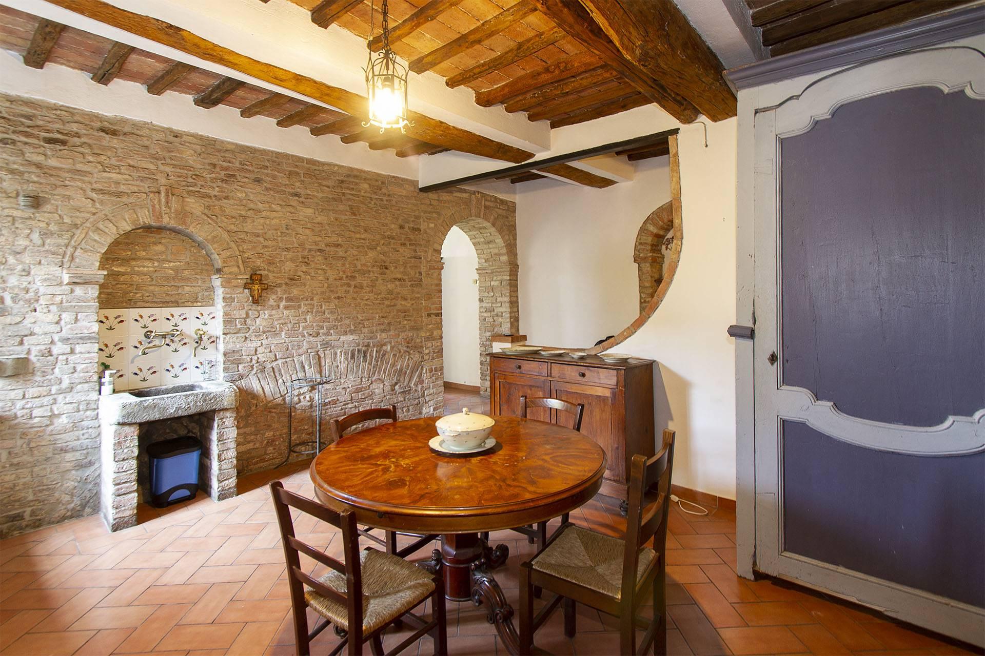 Al primo piano di una palazzina del centro storico di Siena, bilocale arredato composto da ingresso, zona giorno con area pranzo divisa dall'area relax mediante una libreria divisorio, camera