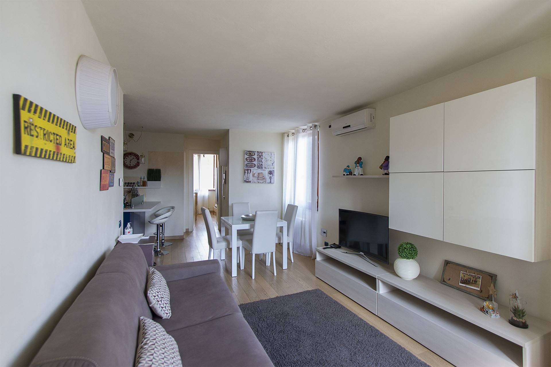 An enchanting apartment, recently renovated and finely furnished. The property is located on the top floor of a historic building, close to the main points of interest of the centre and the main