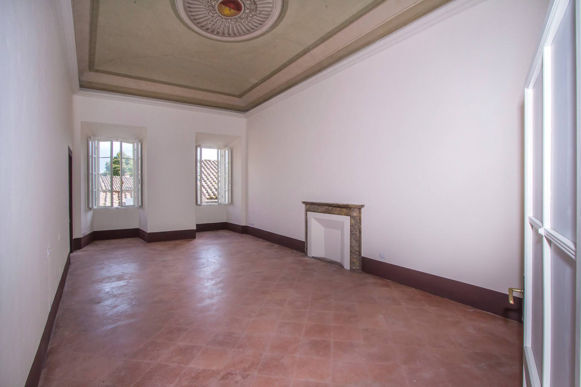 In una delle vie più eclettiche del centro storico senese, appartamento di grandi dimensioni posto al primo piano, con 2 camere da letto molto grandi