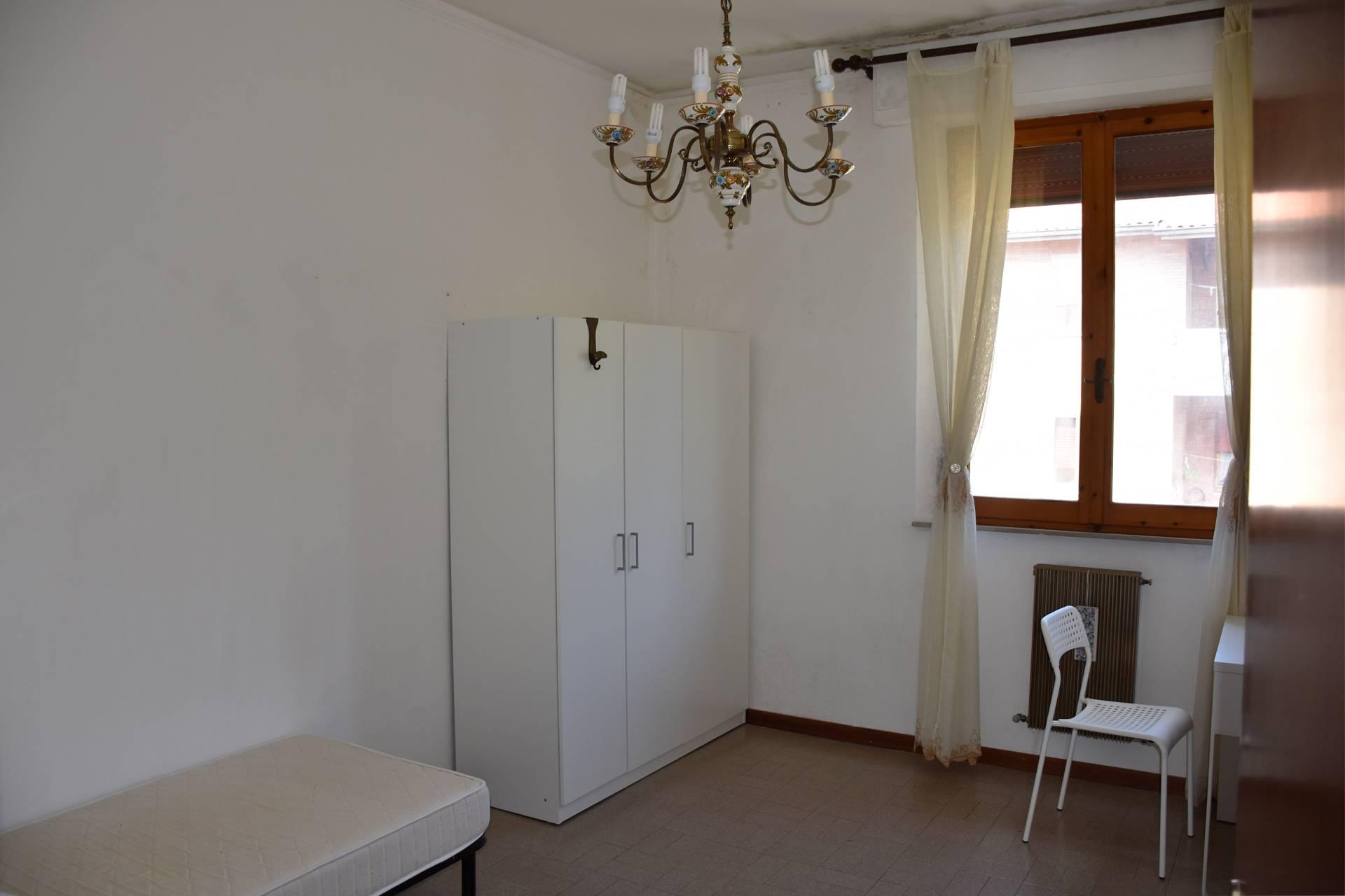 Appartamento con 3 camere da letto uso singola adatte alle esigente di studenti universitari, con in comune una cucina abitabile con balcone e doppi servizi, entrambi finestrati e con doccia.