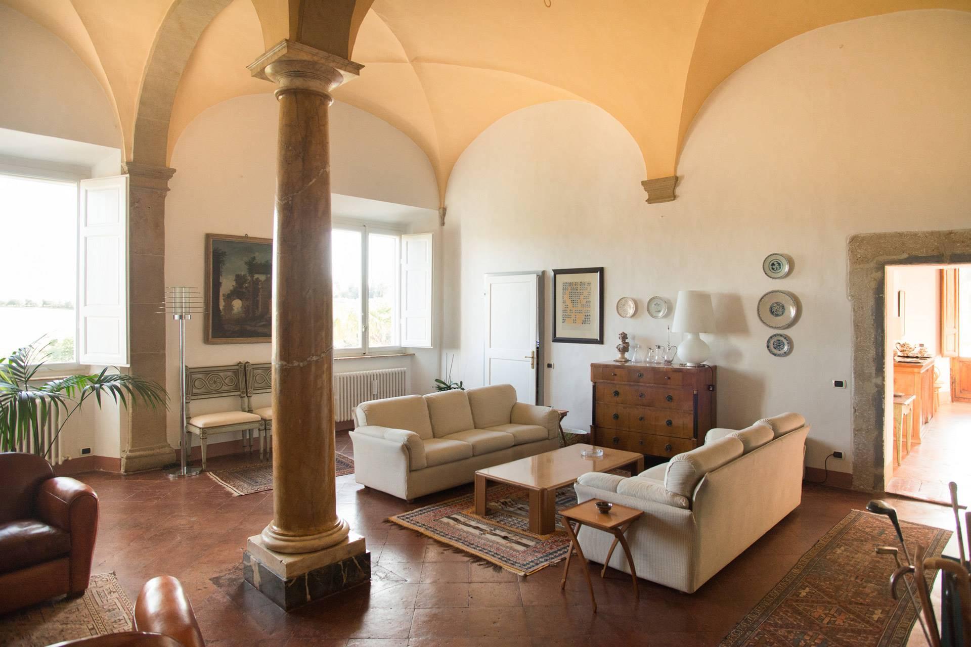Appartamento signorile nel centro storico di Colle Val d'Elsa (Siena), all'interno di un palazzo mediceo del 1500, ristrutturato sotto la supervisione delle Belle Arti. L'appartamento è di 244 mq