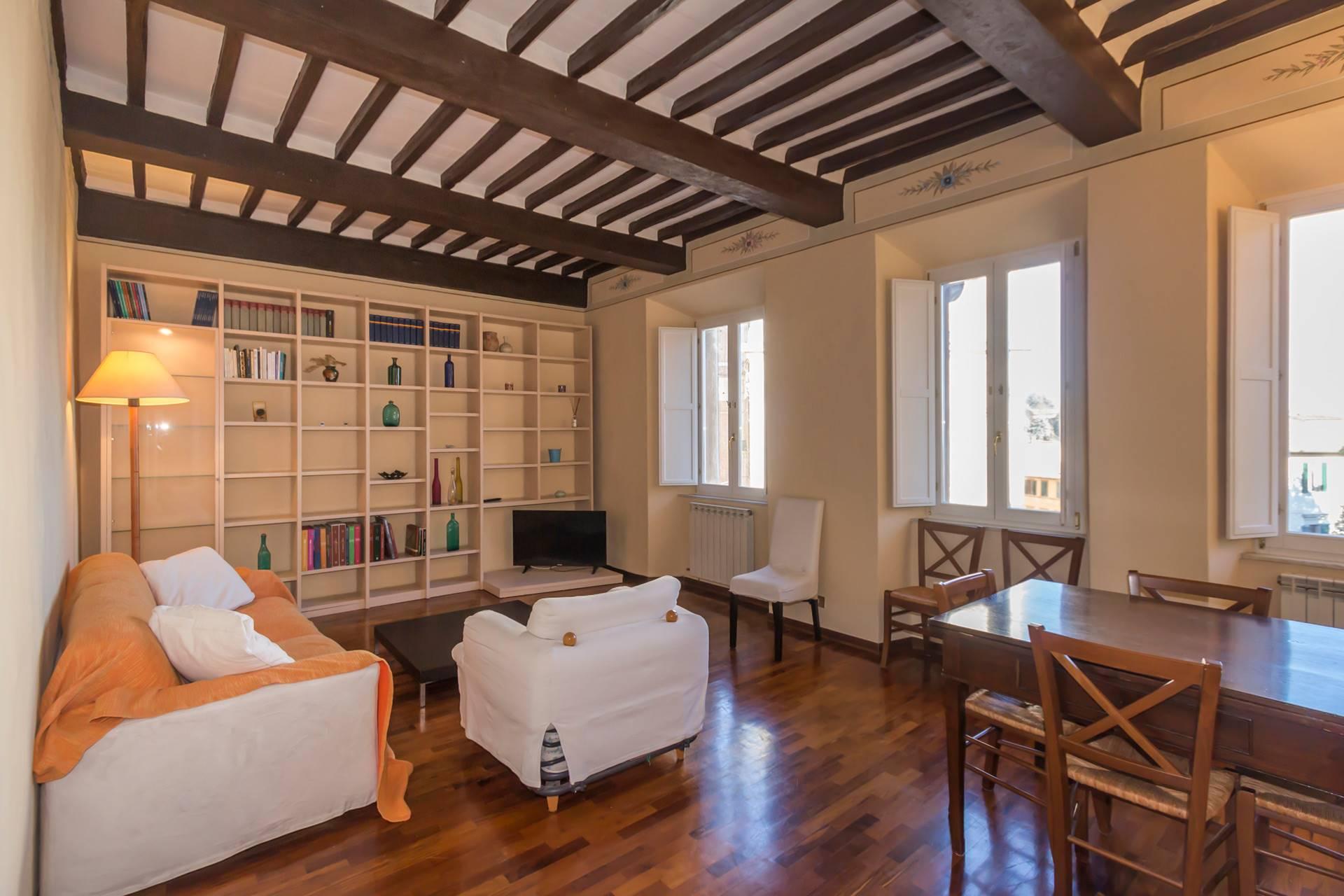 Centrale a Siena, appartamento posto comodamente al primo piano di una piccola palazzina, con vista mozzafiato su uno dei monumenti più graziosi della città. Si compone di ingresso, ampio e ben