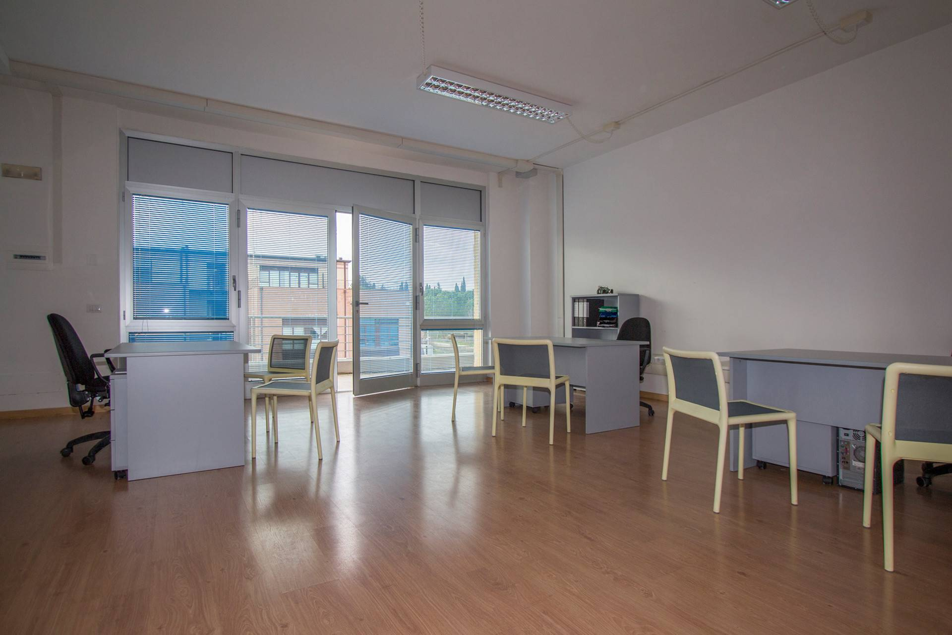 Office for rent consisting of a single room with private entrance, closet that can also be used as an archive, private bathroom. The office enjoys excellent natural light thanks to a glass wall. The