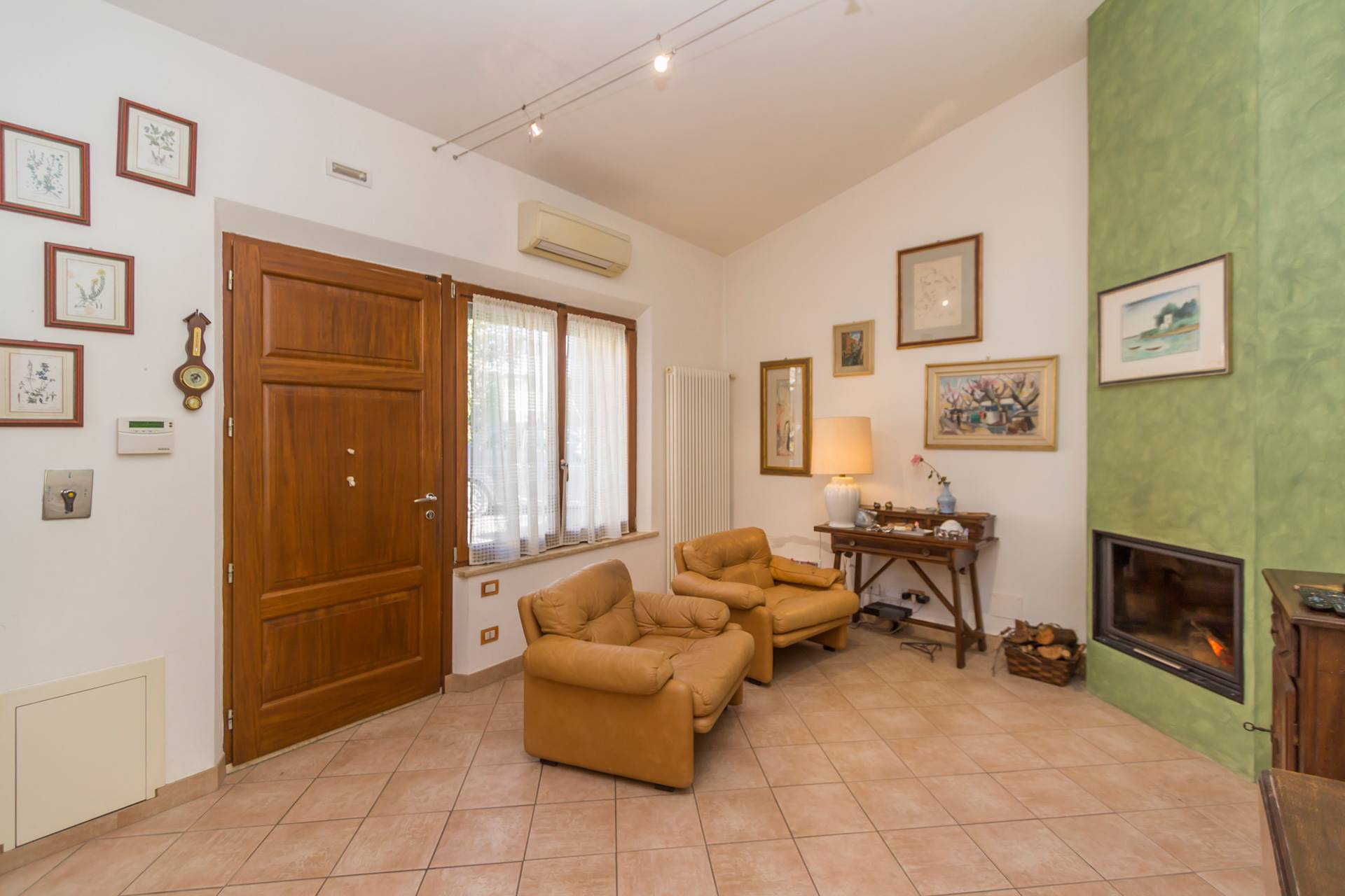 5 km from the centre of Siena, there's an independent house for sale with private gate, a courtyard with parking space and a small garden. Inside it consists of a cozy living-dining room with