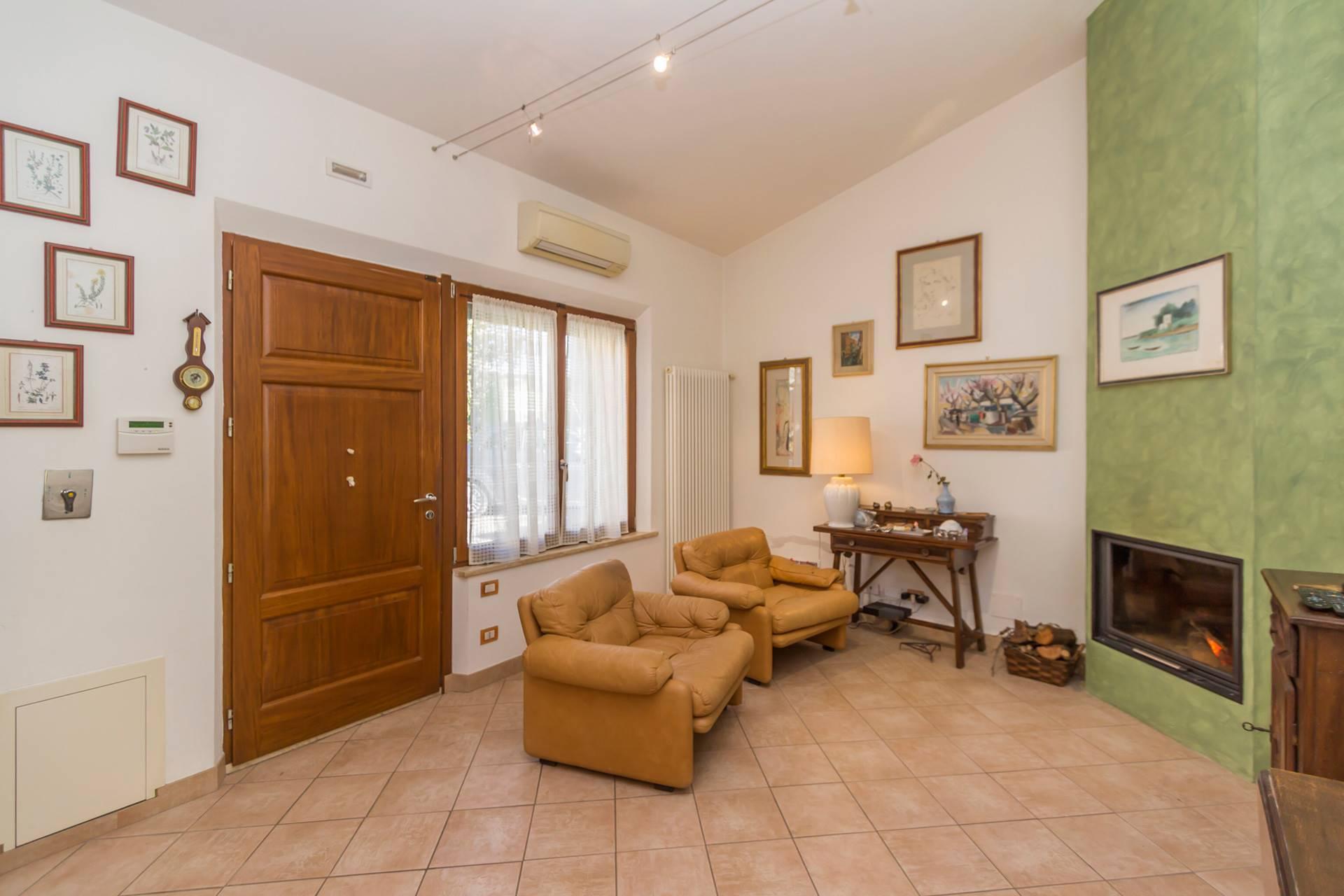 A 5 km dal centro di Siena, offriamo in vendita una capanna indipendente con ingresso carrabile da cancello privato, resede con posto auto e giardinetto che completa la proprietà. Al suo interno si