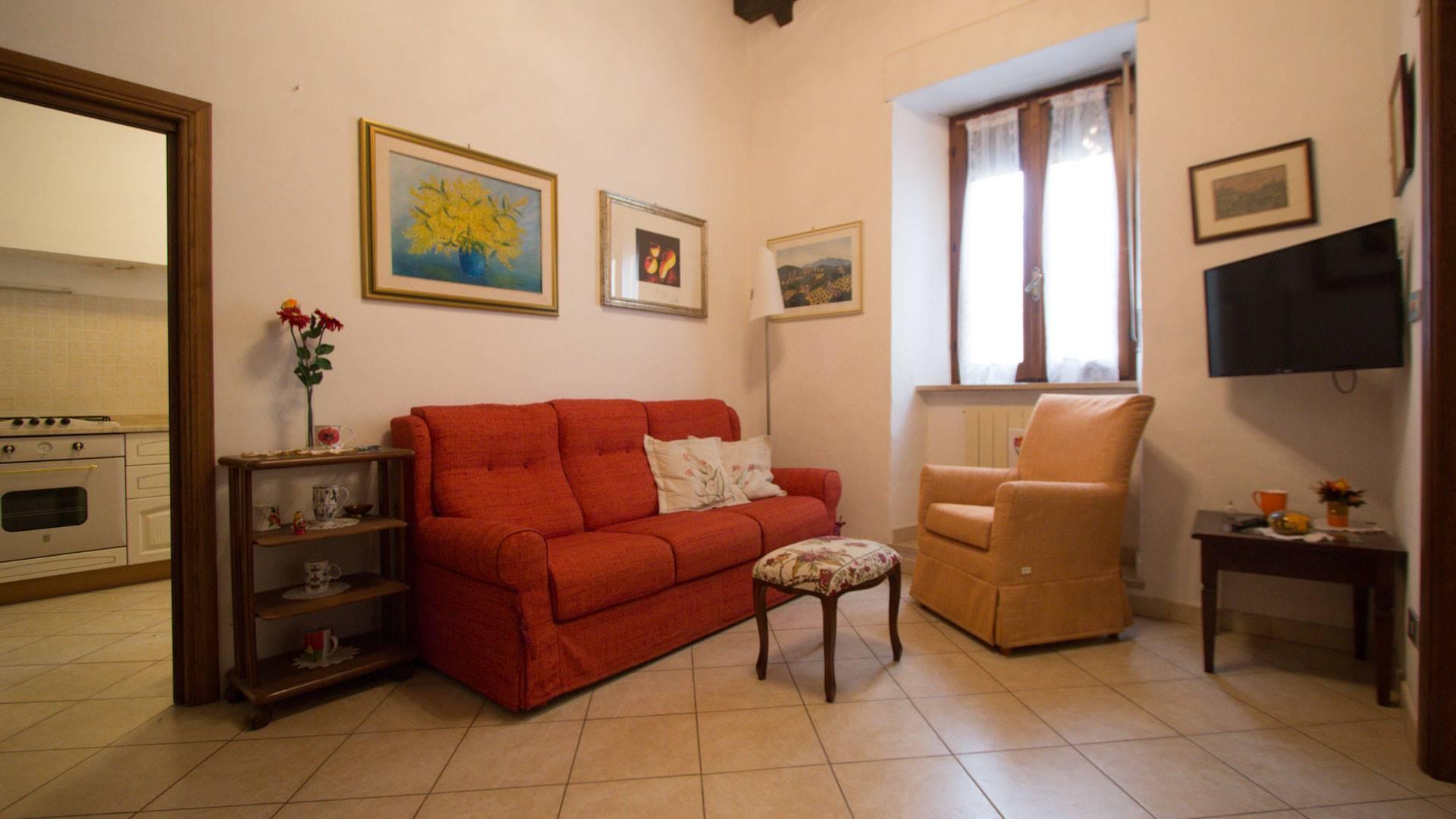 Appartamento nel centro di Montalcino in piccolo condominio composto da sole due unità immobiliari, si sviluppa al piano terra rialzato e si compone di ingresso, soggiorno, tinello, cucinotto con