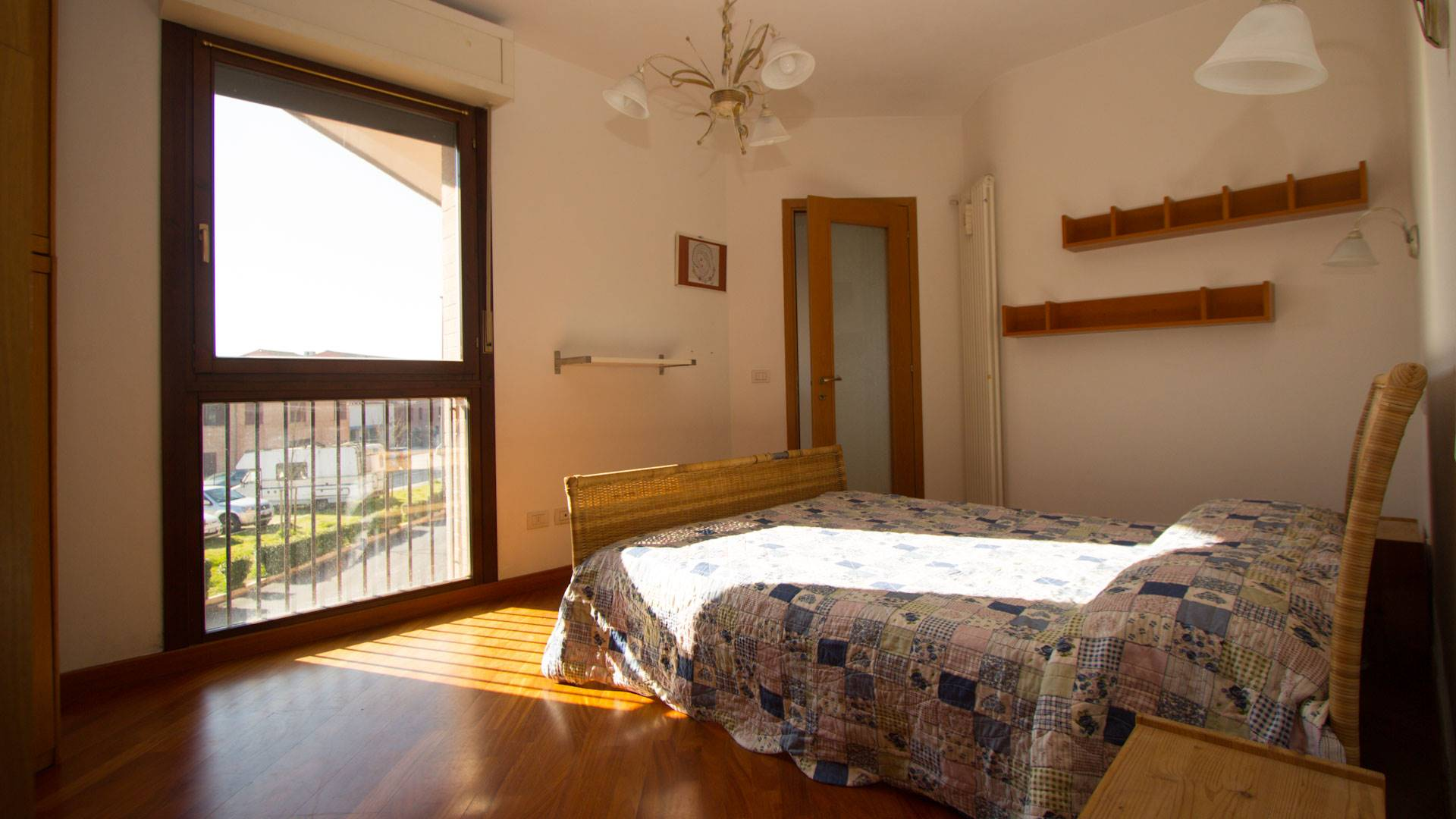 Appartamento con ingresso indipendente da un resede esclusivo pavimentato con loggia; si sviluppa su due livelli con al piano terra il soggiorno-pranzo con angolo cottura, piccolo sottoscala