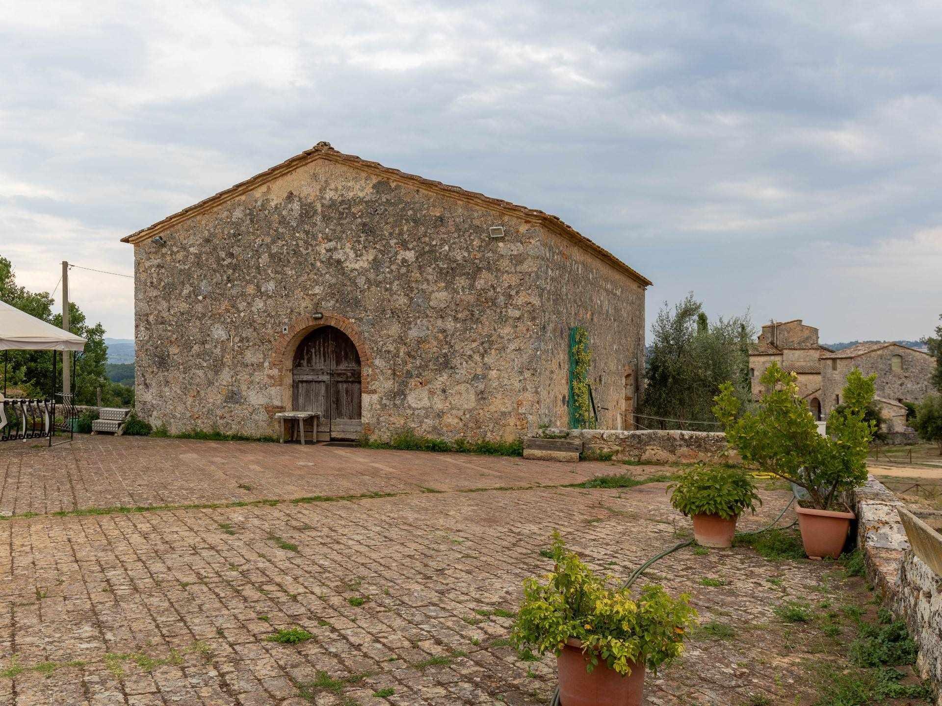 Il sogno di molti, una capanna indipendente con aia, giardino ed ulivi a soli 5 km da Siena in posizione alta e panoramica a due passi dal Castello