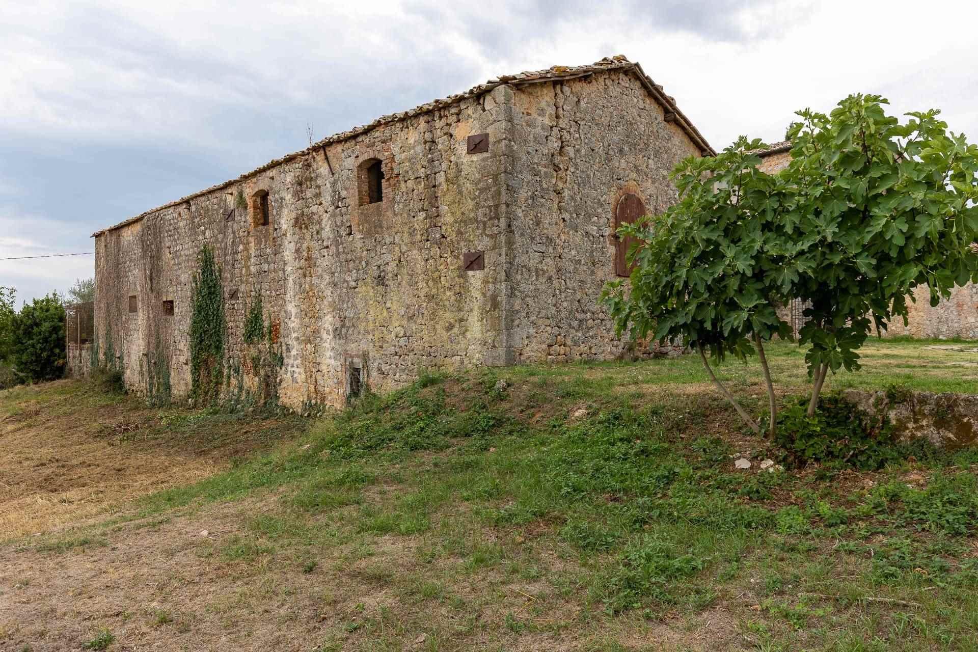 Il sogno di molti, una capanna indipendente con corte e giardino a soli 5 km da Siena in posizione meravigliosa, all'interno di un borgo un tempo antico monastero, a soli due passi dal Castello de La